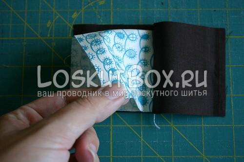 разложите ткань треугольником