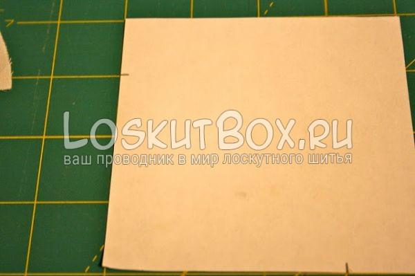 бумажный квадрат на рабочей поверхности