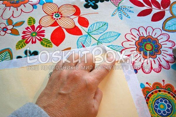 Загните ткань по краям по шаблону