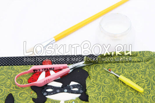 Продавливаем края ткани в пенопласт