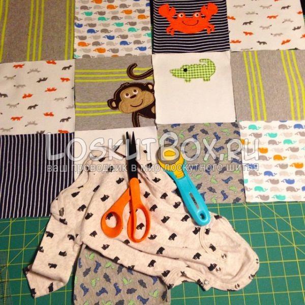 Размещение заготовок для одеяла из детской одежды