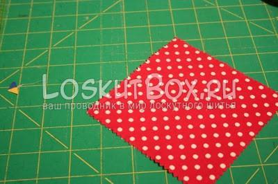 квадрат из ткани на рабочей поверхности