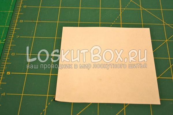 квадрат из бумаги на столе