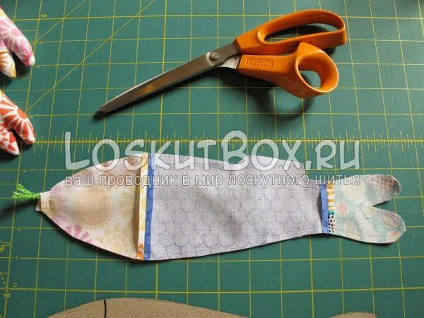проложите машинную строчку и обрежьте лишнюю ткань
